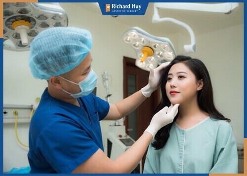 Bác sĩ thực hiện thăm khám sức khỏe toàn diện cho bệnh nhân
