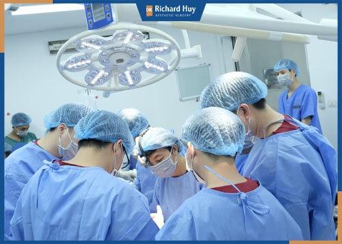 Các bác sĩ tiến hành thực hiện ca phẫu thuật trong môi trường khép kín đảm bảo an toàn cho khách hàng