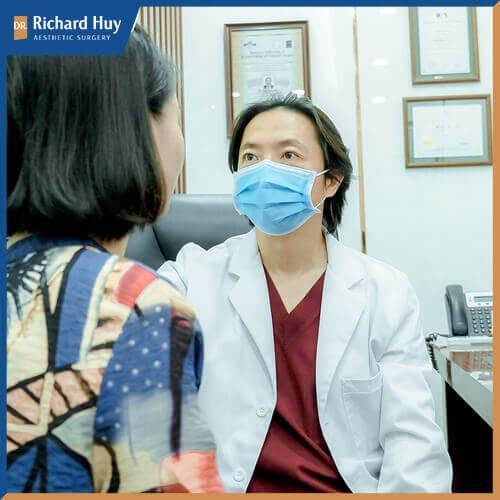 Bác sĩ Richard Huy đang thực hiện tư vấn cho bệnh nhân