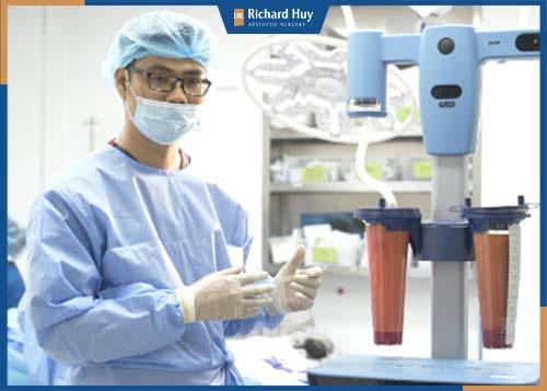 Bác sĩ tiến hành phẫu thuật hút mỡ