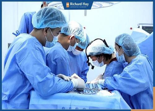 Bác sĩ Richard Huy cùng êkip thực hiện phẫu thuật cho bệnh nhân