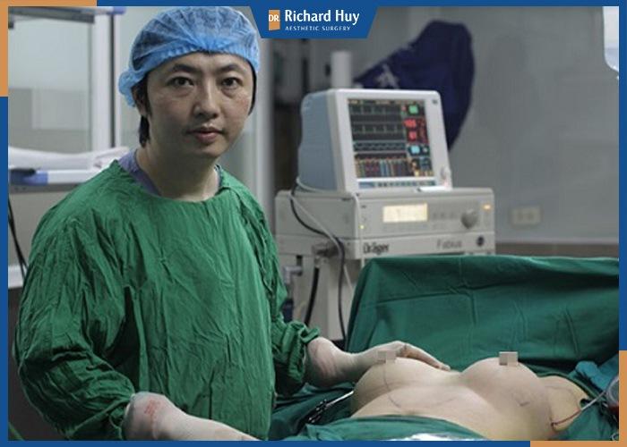 Dr. Richard Huy phân tích phẫu thuật ngực