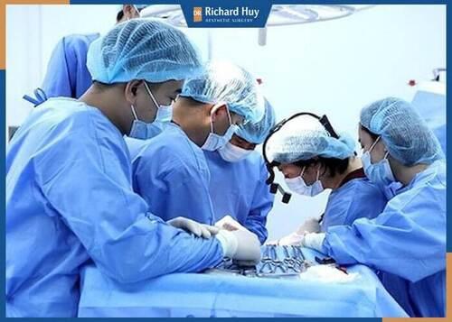 Bác sĩ Richard Huy tiến hành lấy mỡ mí nội soi, gây tê tại chỗ