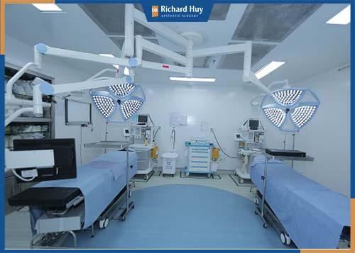 Môi trường khép kín cùng công nghệ hiện đại để thực hiện phẫu thuật