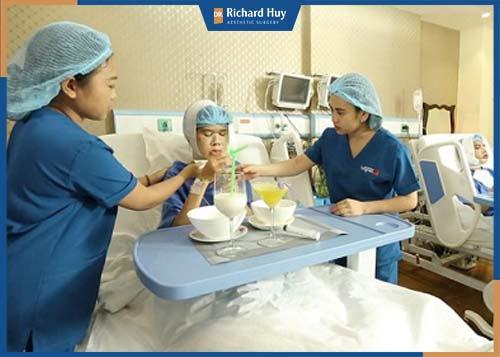 Ý tá đang chăm sóc bệnh nhân sau khi phẫu thuật