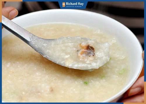 Xay nhuyễn thực phẩm: cháo, súp, khoai lang, sữa, đồ xay,... dễ hấp thụ.