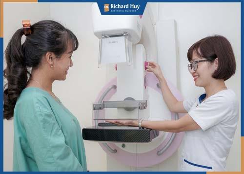 Tiến hành kiểm tra sức khỏe và ngực trước khi phẫu thuật