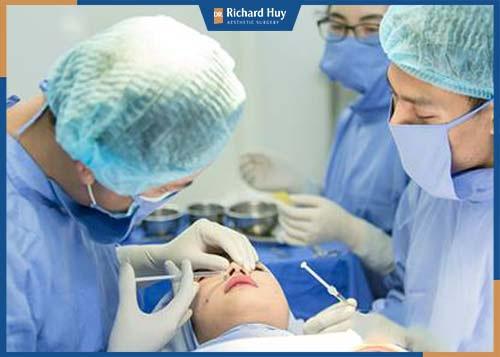 Bác sĩ tiến hành rạch vết thương vùng mũi