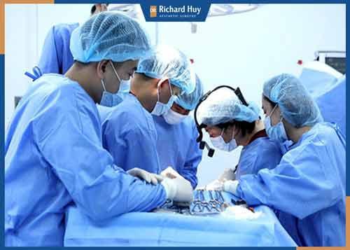 Treo ngực sa trễ được thực hiện bởi các bác sĩ thẩm mỹ hàng đầu