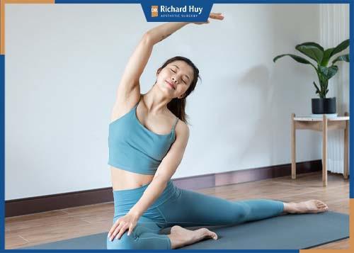 Tập yoga nhẹ nhàng, hạn chế mồ hôi vào mắt