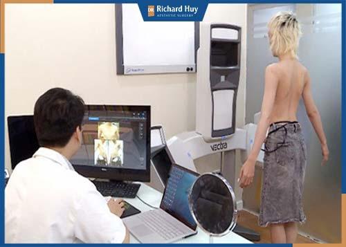 Bác sĩ đang tiến hành thăm khám ngực cho bệnh nhân