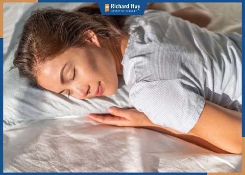 Tư thế nằm sấp sẽ định hình vùng mông được tốt hơn, hạn chế tiếp xúc