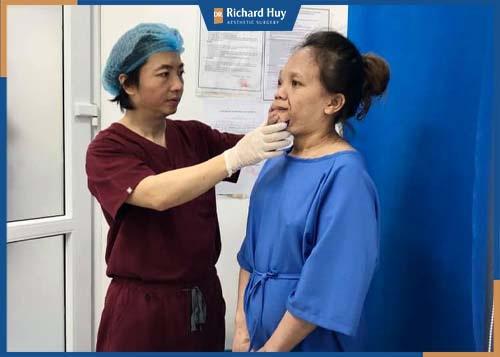 Bác sĩ Richard Huy đang tiến hành thăm khám cho bệnh nhân