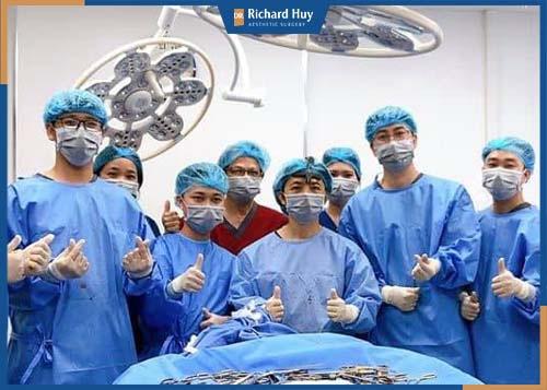 Bác sĩ cùng đội ngũ bác sĩ thực hiện ca phẫu thuật phức tạp