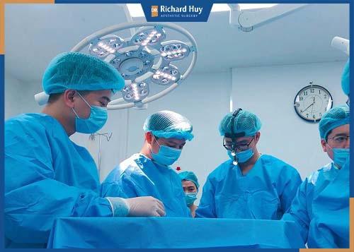 Bác sĩ tiến hành phẫu thuật gọt mặt và đánh giá kết quả