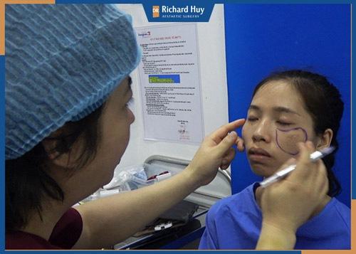 Bác sĩ Richard Huy thăm khám trực tiếp Phan Thị May