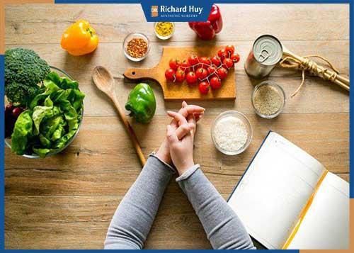 Duy trì chế độ ăn uống lành mạnh sau khi hút mỡ