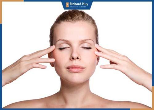 Massage mắt giúp máu được lưu thông dễ dàng, hạn chế sự lão hóa.