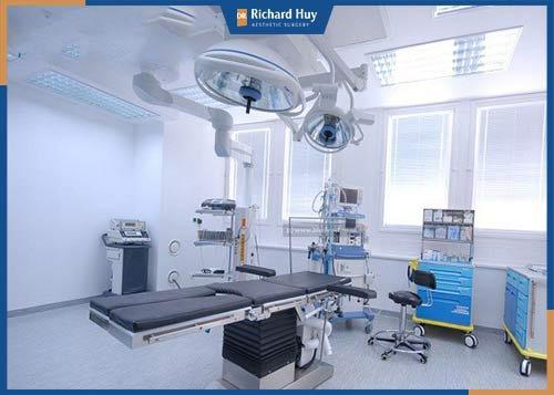 Căng da mặt nội soi có kỹ thuật phức tạp đòi hỏi người bác sĩ phải có kinh nghiệm nhiều năm trong nghề cùng công nghệ nội soi hiện đại