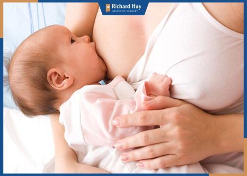 Ngực to ngực nhỏ khi cho bé bú có sao hay không?