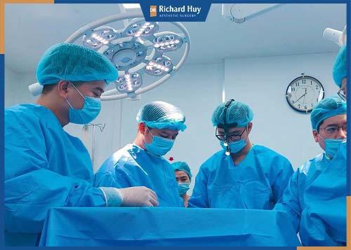 Bác sĩ có tay nghề cao, xử lý vết cắt đẹp, hạn chế biến chứng xảy ra.