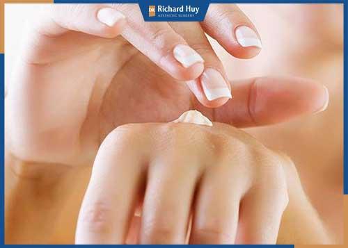 Sử dụng kem dưỡng da thường xuyên