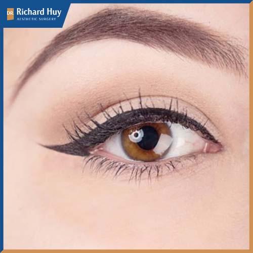 Kẻ mắt mèo kết hợp với lông mi giả giúp đôi mắt to sắc sảo