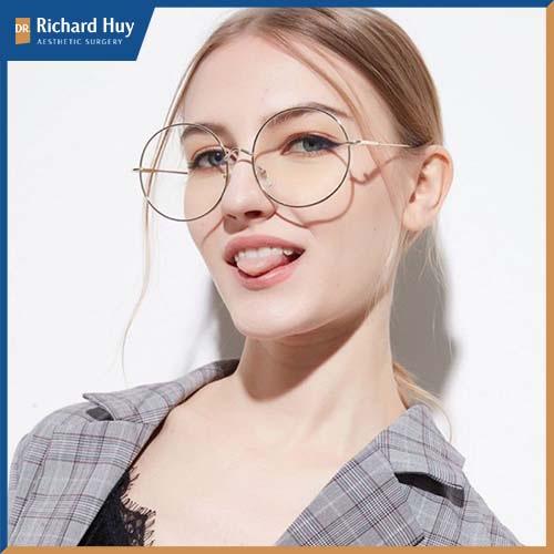 Đối với những dạng kính cận nên chọn kiểu kính tròn, hoặc hơi bầu giúp gương mặt được hài hòa và cân đối.