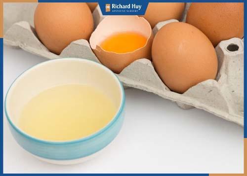Lòng trắng có lượng vitamin E dồi dào giúp se khít lỗ chân lông hiệu quả.