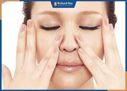 Sử dụng ngón trỏ và ngón giữa xoa nhẹ từ hai bên cánh mũi hướng lên sống mũi.