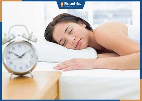 Ngủ đủ giấc giúp đôi mắt được nghỉ ngơi, hạn chế quá trình lão hóa ở mắt