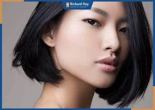 Mặt vuông cằm nhọn làm gương mặt có góc cạnh thường phù hợp với đối tượng là người mẫu