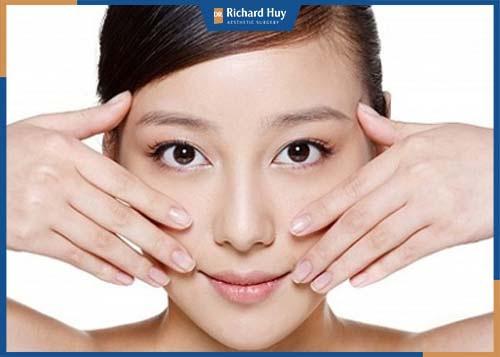 Massage da mặt đẩy nhanh tuần hoàn máu