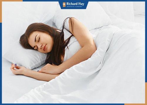 Ngủ đủ giấc cũng giúp bạn loại bỏ bọng mỡ mắt
