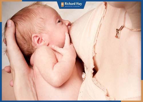 Ngực nhỏ vẫn có thể đủ sữa cho con bú và phát triển.