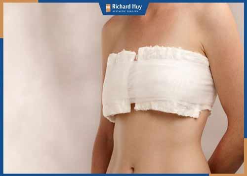 Ngực phải đeo băng sau quá trình phẫu thuật cắt bỏ tuyến vú
