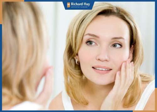 Khi bước qua giai đoạn tuổi 30, khả năng sản sinh ra collagen bị hạn chế, nếp nhăn ở phần khóe mắt bắt đầu xuất hiện