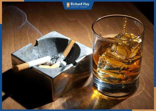 Sử dụng nhiều thuốc lá, rượu ia cũng là nguyên nhân khiến nếp nhăn trên trán xuất hiện nhiều