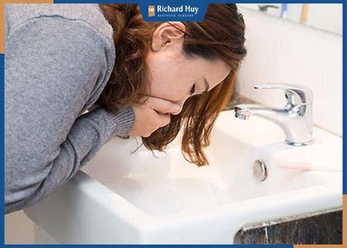 Nếu có triệu chứng nôn, sốt cần báo ngay với bác sỹ để được hỗ trợ kịp thời.