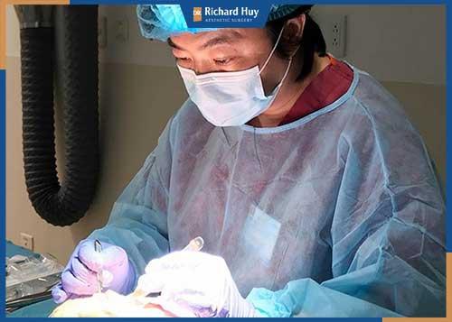 Bác sĩ Richard Huy thực hiện hút mỡ bắp tay