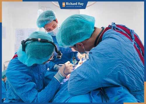Gây mê và tiến hành phẫu thuật