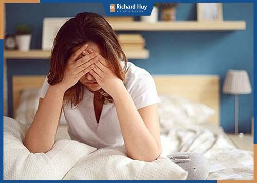 Thường xuyên thức khuya khiến đôi mắt mỏi, thâm đen bọng mắt làm đôi mắt già nua trước tuổi.