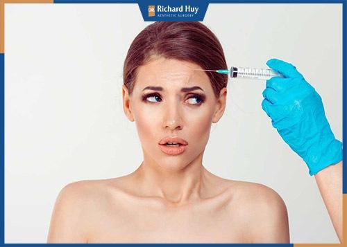 Tiêm botox loại bỏ nếp nhăn trên trán là phương pháp làm đẹp phổ biến