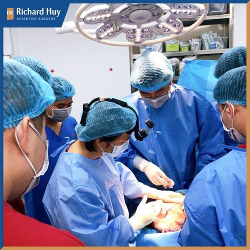 Bác sĩ đang thực hiện gọt cằm cho bệnh nhân