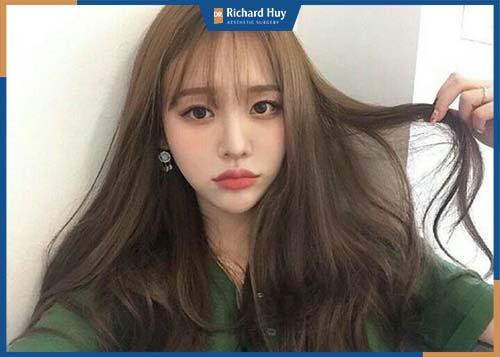 Tóc dài mái thưa giúp gương mặt trở nên nữ tính nhẹ nhàng