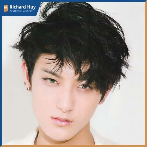 Kiểu tóc được uốn phồng nhẹ và đánh rối tăng phàn điển trai hơn cho gương mặt.