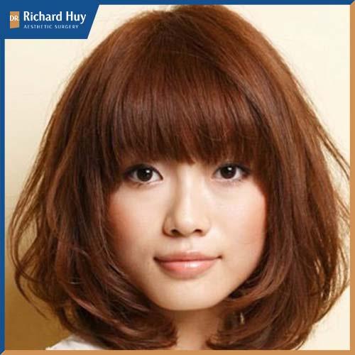 Kiểu tóc vừa hiện đại, năng động giúp bạn thoải mái mà dễ dàng che đi khuyết điểm.