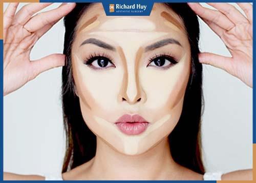 Đánh tạo khối, tạo highlight đánh sáng phần sống mũi và gò má, đánh khối tối màu phần cằm và trán giúp gương mặt nhỏ và tập trung chú ý vào phần mũi và má.