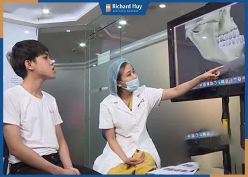 Bác sĩ tư vấn trượt cằm và kiểm tra cằm cho bệnh nhân