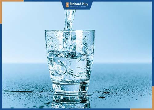 Cung cấp đủ nước giúp hạn chế kích ứng cho đôi mắt sáng khỏe